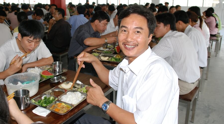 People-eating-lunch-smiling  | Propre usine au Vietnam: